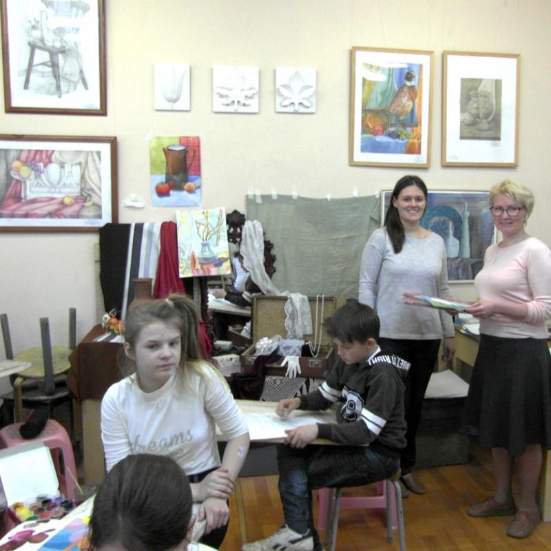 В классе преподавателя ДШИ Екатерины Мусихиной.